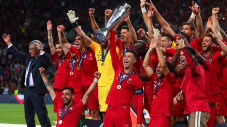 Cristiano Ronaldo dan skuat Timnas Portugal saat mengangkat trofi juara UEFA Nations League 2018-19. (Foto: Craig Mercer/MB Media/Getty Images) - INDOSPORT