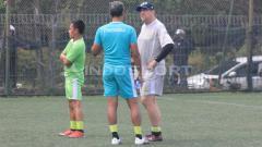 Indosport - Pelatih Persib Bandung, Robert Rene Alberts berbincang dengan pelatih penjaga gawang, Gatot Prasetyo di Lapangan Football Plus, Bandung, Senin (10/6/19). (Arif Rahman/INDOSPORT)