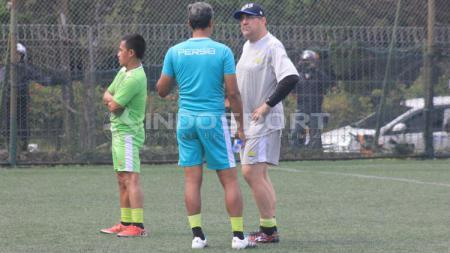 Pelatih Persib Bandung, Robert Rene Alberts berbincang dengan pelatih penjaga gawang, Gatot Prasetyo di Lapangan Football Plus, Bandung, Senin (10/6/19). (Arif Rahman/INDOSPORT) - INDOSPORT