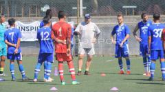 Indosport - Pelatih Persib Bandung, Robert Rene Alberts memberikan instruksi kepada pemain saat berlatih di Lapangan Football Plus, Bandung, Senin (10/06/19). (Arif Rahman/INDOSPORT)