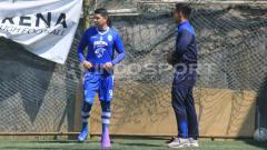 Indosport - Pemain Persib, Esteban Vizcarra berlatih terpisah ditemani fisioterapis tim, Benediktus Adi Prianto di Lapangan Football Plus, Kabupaten Bandung Barat, Senin (10/06/19). (Arif Rahman/INDOSPORT)