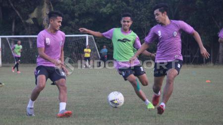 Foto latihan pemain PSS Sleman di Lapangan Bercak, Berbah, Kabupaten Sleman, Senin (10/06/19). Ronald Seger Prabowo/INDOSPORT - INDOSPORT