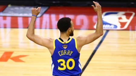 Pemain Golden State Warriors, Stephen Curry, ungkap lima pemain yang bisa diletakkan dalam satu tim NBA. - INDOSPORT