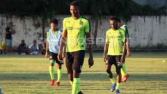 Indosport - Amido Balde saat mengikuti latihan Persebaya di Lapangan Polda Jatim, Selasa (11/06/19). Fitra Herdian/INDOSPORT