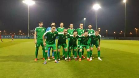 Artur Gevorkyan (nomor 10) dan skuat Turkmenistan saat berhadapan dengan Uganda. - INDOSPORT