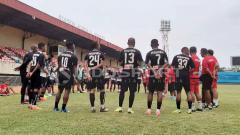 Indosport - Skuat Persipura Jayapura usai menjalani latihan di Stadion Mandala