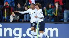 Indosport - Kylian Mbappe (kiri) dan Antoine Griezmann, selebrasi bersama saat Prancis unggul di babak pertama atas Andorra