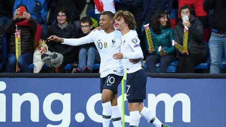 Kylian Mbappe (kiri) dan Antoine Griezmann, selebrasi bersama saat Prancis unggul di babak pertama atas Andorra - INDOSPORT