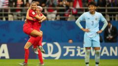 Indosport - Selebrasi gol dari Alex Morgan dan Megan Rapinoe usai Amerika Serikat unggul 12-0 atas Thailand, Molly Darlington - AMA/Getty Images