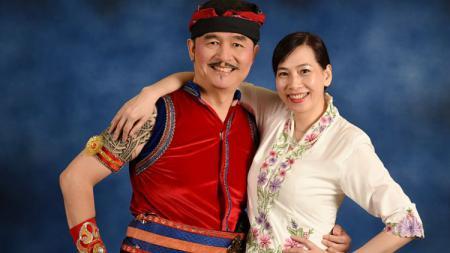 Mantan Pebulutangkis China, Huang Hua bersama Suaminya Tjandra. - INDOSPORT