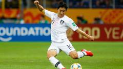 Indosport - Wonderkid Valencia, Lee Kang-in, menjadi pemain Korea Selatan kedua yang mencetak gol di kancah LaLiga Spanyol.