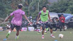 Indosport - Striker PSS Sleman, Rudi Widodo (kanan) belum mendapat kesempatan bermain dari pelatih Seto Nurdiyantoro.