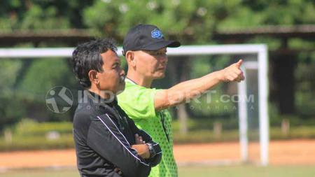 Pelatih Persib B, Liestiadi didampingi asistennya Yusuf Bachtiar saat sesi latihan di Lapangan Saraga ITB, Kota Bandung, Rabu (12/06/19). - INDOSPORT