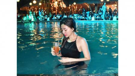 Gwen Priscilla, mantan personel Mahadewi saat berenang di sebuah resort - INDOSPORT