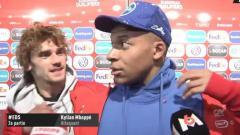 Indosport - Antoine Griezmann Mencoba Menenangkan Kylian Mbappe