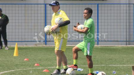 Pelatih Persib, Robert Alberts didampingi asistennya Budiman saat sesi latihan di Lapangan Lodaya, Kota Bandung, Rabu (12/06/19). Arif Rahman/INDOSPORT - INDOSPORT