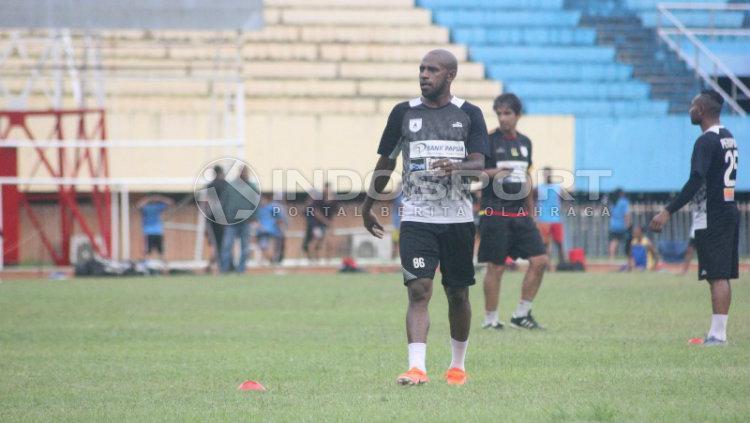 Kapten Tim Persipura Jayapura, Boaz Solossa saat berlatih di Stadion Mandala. Sudjarwo/INDOSPORT Copyright: Sudjarwo/INDOSPORT