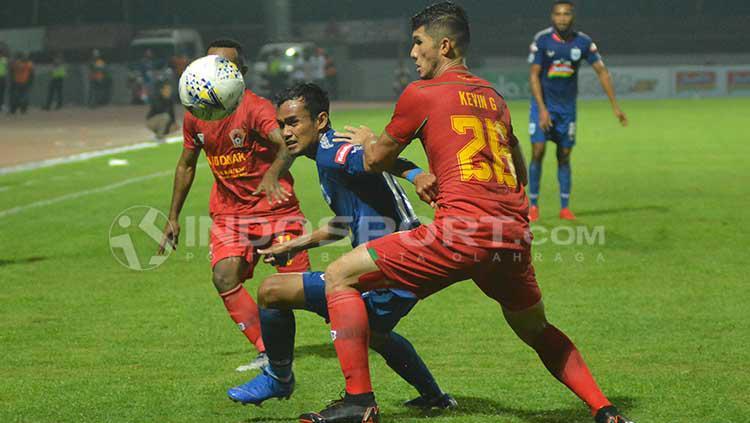 Bek Kalteng Putra, Kevin Gomes (kanan) membayangi pemain PSIS Semarang, Komarudin dalam laga Shoope Liga 1 di Stadion Moch Soebroto. Copyright: Ronald Seger Prabowo/INDOSPORT
