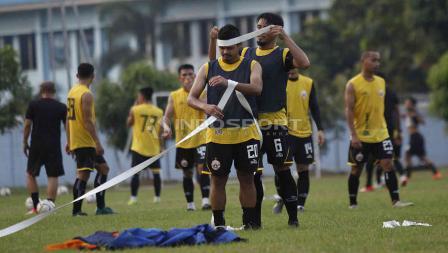 Dua pemain senior Persija Jakarta, Maman Abdurahman dan Bambang Pamungkas di sela-sela latihan di Lapangan PSAU TNI Halim Perdanakusuma, Jakarta Timur, Rabu (12/06/19). Foto: Herry Ibrahim/INDOSPORT