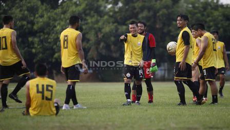 Kegembiraan para pemain Persija Jakarta pada latihan di Lapangan PSAU TNI Halim Perdanakusuma, Jakarta Timur, Rabu (12/06/19). Foto: Herry Ibrahim/INDOSPORT
