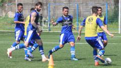 Indosport - Pemain Persib Bandung berlatih di Lapangan Lodaya, Kota Bandung, Rabu (12-06/19)