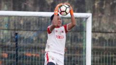Indosport - Kiper muda Persija Jakarta, Risky Sudirman saat jalani latihan.