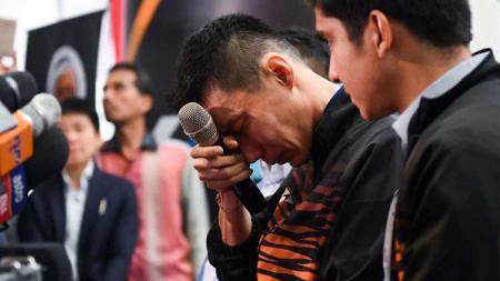 Lee Chong Wei menangis saat jumpa pers soal pensiun dirinya dari dunia Bulutangkis. - INDOSPORT