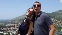 Indosport - Miljan Radovic saat bersama istrinya di salah satu tempat.
