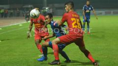Indosport - Bek Kalteng Putra, Kevin Gomes (kanan) membayangi pemain PSIS Semarang, Komarudin dalam laga Shoope Liga 1 di Stadion Moch Soebroto. Ronald Seger Prabowo/INDOSPORT