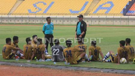 Pelatih Persib B, Liestiadi memberikan instruksi kepada pemain saat jeda pertandingan uji coba kontra Persib Bandung di Stadion Si Jalak Harupat, Kabupaten Bandung, Kamis (13/06/2019). - INDOSPORT