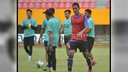 Pelatih Kepala Sriwijaya FC Kas Hartadi akhirnya menunjuk pemain senior Ambrizal sebagai kapten tim. Foto: Muhammad Effendi/INDOSPORT - INDOSPORT