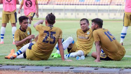 Pemain Persib B, Tantan (kedua dari kanan) saat jeda pertandingan uji coba menghadapi Persib Bandung di Stadion Si Jalak Harupat, Kabupaten Bandung, Kamis (13/06/2019). Foto: Arif Rahman/INDOSPORT - INDOSPORT