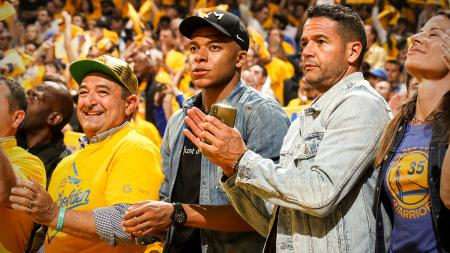 Kylian Mbappe hadir dalam NBA Finals 2019 antara Golden State Warriors vs Toronto Raptors - INDOSPORT