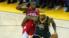 Indosport - DeMarcus Cousin (kanan) dijaga ketat oleh pemain Toronto Raptors, Serge Ibaka pada NBA Finals 2019 Game 6.
