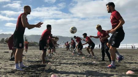 Skuat Borneo FC saat menjalani latihan di Pantai Parangtritis beberapa waktu lalu. - INDOSPORT