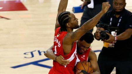 Kyle Lowry dan Kawhi Leonard melakukan selebrasi setelah berhasil kalahkan Golden State Warriors di final NBA musim 2019 di Oracle Arena. Jumat, 14/06/19. - INDOSPORT