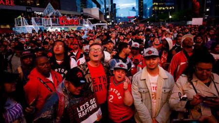 Saking senangnya, para penggemar Toronto Raptors sampai berbuat rusuh saat merayakan gelar juara NBA 2019. Cole Burston/Getty Images. - INDOSPORT