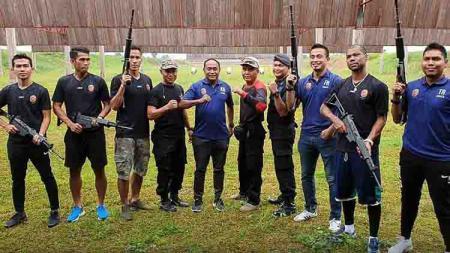 Tim Sriwijaya FC belajar menembak di shooting range Jakabaring Sport City, Palembang. - INDOSPORT