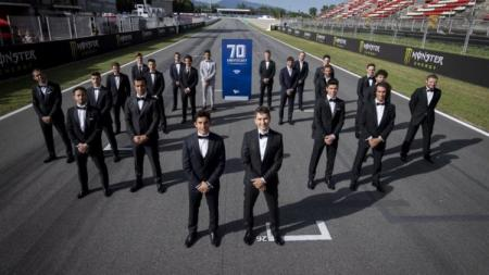 Para pembalap MotoGP menggunakan setelan jas guna merayakan 70 tahun kejuaraan dunia balap motor. - INDOSPORT