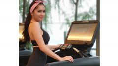 Indosport - Angel Karamoy hendak melakukan olahraga treadmill di tempat gym.