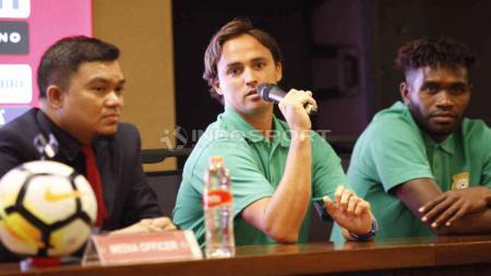 Paul Munster (tengah) punya pengalaman dibantai Timnas Indonesia saat menangani Vanuatu. - INDOSPORT