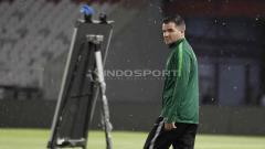 Indosport - Kiprah Simon McMenemy sebagai pelatih Timnas Indonesia menjadi sorotan media besar asal Skotlandia. Foto: Herry Ibrahim/INDOSPORT