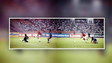 Paolo Baldieri saat mencetak gol ke gawang Persib Bandung - INDOSPORT