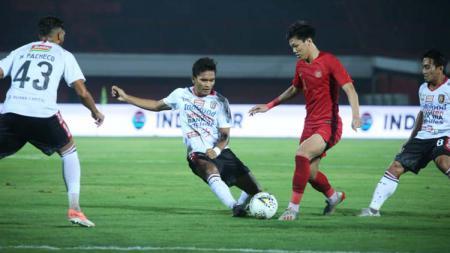 Feby Eka Putra dikerumuni sekaligus tiga pemain Bali United - INDOSPORT