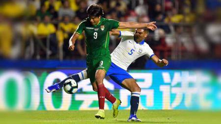 Pemain Bolivia, Marcelo Martins berusaha merebut bola dari pemain Brasil, Casemiro dari Brasil pada pertandingan grup A antara Brasil vs Bolivia di Stadion Morumbi Sao Paulo Brasil, Sabtu (15/06/2019). Foto: Pedro Vilela/Getty Images - INDOSPORT
