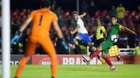 Tendangan pemain Brasil, Richarlison mengarah ke kanan gawang Bolivia pada pertandingan grup A antara Brasil vs Bolivia di Stadion Morumbi Sao Paulo Brasil, Sabtu (15/06/2019). Foto: Alexandre Schneider/Getty Images - INDOSPORT