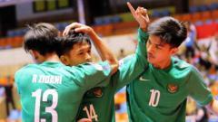 Indosport - Aksi selebrasi pemain timnas futsal Indonesia usai membantai Chinese Taipei.