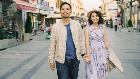 Gabriel Budi bersama istrinya saat ini sedang tengah berlibur ke luar negeri. - INDOSPORT