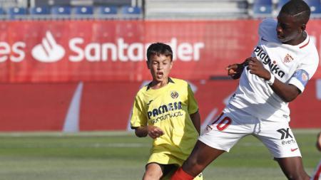 Pemain Sevilla U-12 (kanan) terlihat lebih besar dibandingkan lawannya. - INDOSPORT