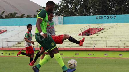 Amido Balde berusaha melepaskan tembakan ke gawang PSID Jombang, Sabtu (15/6/19). - INDOSPORT
